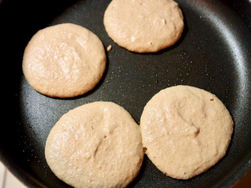 グルテンフリー パンケーキを焼く画像