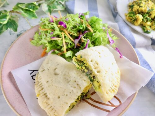 ターメリック味 ケールと豆腐スクランブル入りグルテンフリーのカルツォーネの画像